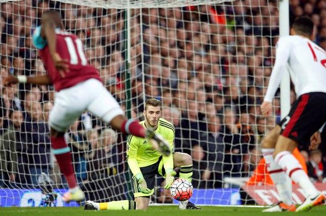 Na snímke uprostred brankár United David de Gea chytá loptu v opakovanom zápase štvrťfinále anglického Pohára FA vo futbale West Ham United - Manchester United