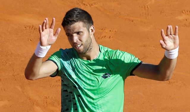Český tenista Jiří Veselý oslavuje víťazstvo v zápase proti Srbovi Novakovi Djokovičovi v 2. kole na turnaji ATP v Monte Carle