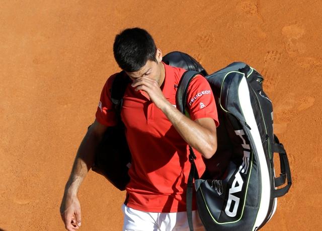 Srbský tenista Novak Djokovič odchádza sklamaný z dvorca po prehre v zápase proti Čechovi Jiřímu Veselému 2. kole na turnaji ATP v Monte Carle