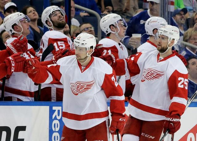 Hráč Detroitu Red Wings Mike Green (25) oslavuje so slovenským spoluhráčom Tomášom Tatarom (21) gól do bránky Tampy Bay Lightning v úvodnom zápase 1. kola play off hokejovej zámorskej NHL