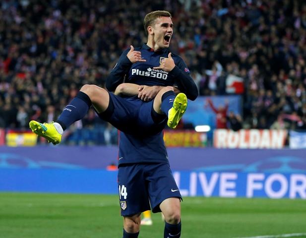 Hráč Antoine Griezmann (v popredí) sa raduje po góle so spoluhráčom Gabi Fernandezom v odvetnom zápase štvrťfinále Ligy majstrov medzi Atletico Madrid - FC Barcelona