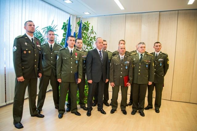 Na snímke uprostred minister obrany SR Peter Gajdoš, vpredu vpravo riaditeľ vojenskej polície Milan Hamár spolu s ocenenými príslušníkmi vojenskej polície počas odovzdávania ocenení príslušníkom vojenskej polície za pomoc pri dopravnej nehode