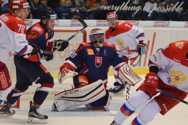 Na snímke uprostred brankár Július Hudáček (SR) v zápase Euro Hockey Challenge 2016 Slovensko - Rusko