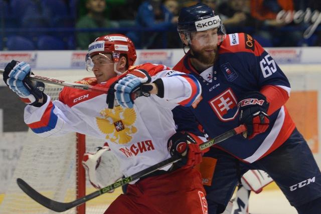 Na snímke vpravo Tomáš Marcinko (SR), vľavo Sergej Šumakov (Rusko) v zápase Euro Hockey Challenge 2016 Slovensko - Rusko