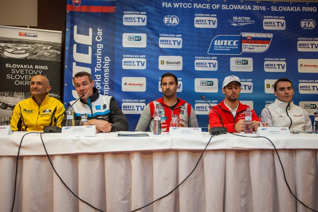 Na snímke zľava pretekári Gabriele Tarquini (bývalý pilot F1, majster sveta WTCC 2009, jazdec tímu LADA Sport Rosneft), Fredrik Ekblom (pretekár nového tímu Volvo - Polestar Cyan Racing), Mehdi Bennani (nezávislý jazdec za tím Sébastien Loeb Racing), José María López (úradujúci dvojnásobný majster sveta za tím Citroën Racing), Norbert Michelisz (továrenský tím Honda Racing Team JAS)