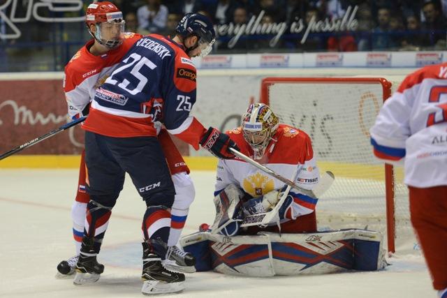 Na snímke vľavo v popredí Marek Viedenský (SR), za ním vľavo Zijat Pajgin, vpravo brankár Igor Šesťorkin (obaja Rusko) v zápase Euro Hockey Challenge 2016 Slovensko - Rusko