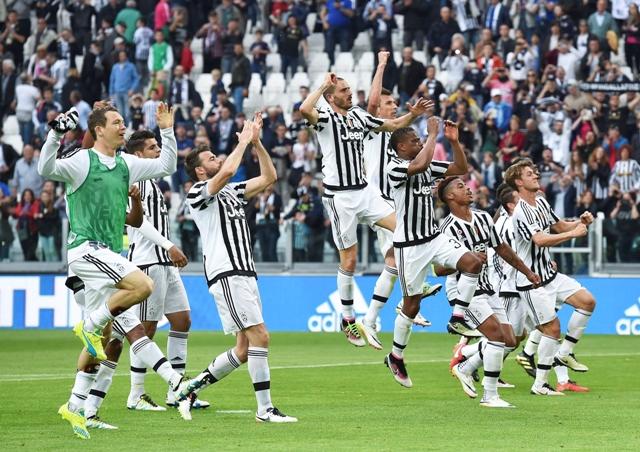 Radosť hráčov Juventusu po viťazstve v zápase 33. kola talianskej futbalovej Serie A Juventus Turín - Palermo