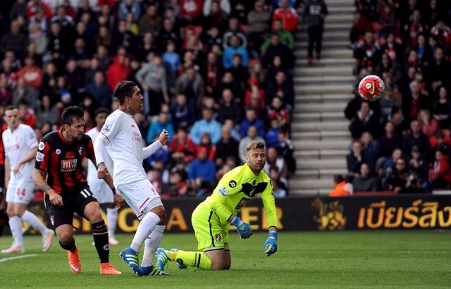 Hráč Liverpoolu Roberto Firmino (v strede vľavo) strieľa úvodný gól v zápase 34. kola anglickej futbalovej Premier League Bournemouth - FC Liverpool