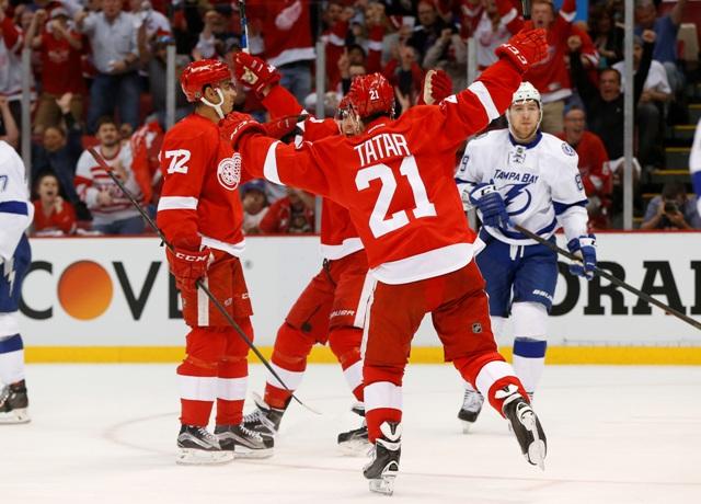Na snímke druhý sprava v popredí slovenský útočník Detroitu Tomáš Tatar oslavuje gól, vľavo jeho autor Andreas Athanasiou v treťom zápase štvrťfinále Východnej konferencie hokejovej NHL Detroit Ted Wings - Tampa Bay Lightning (2:0)