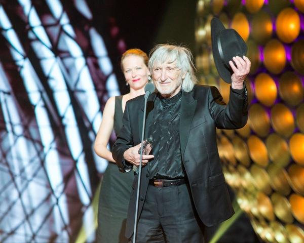 Na snímke režisér Juraj Jakubisko získal ocenenie Slnko v sieti za celoživotné dielo a výnimočný prínos slovenskej kinematografii