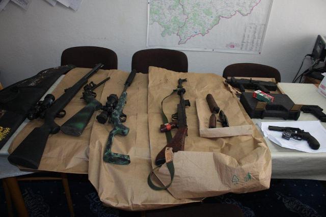 Na snímke zaistené zbrane v Revúcej