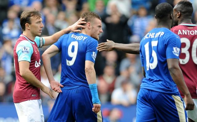 Hráč Leicesteru Jamie Vardy (v strede vľavo) odchádza z ihriska potom, ako mu rozhodca udelil druhú žltú kartu a vylúčil ho v zápase 34. kola anglickej futbalovej Premier League Leicester City - West Ham United