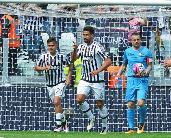 Na snímke hráč Juventusu Sami Khedira (v strede) oslavuje svoj gól v zápase 33. kola talianskej futbalovej Serie A Juventus Turín - Palermo