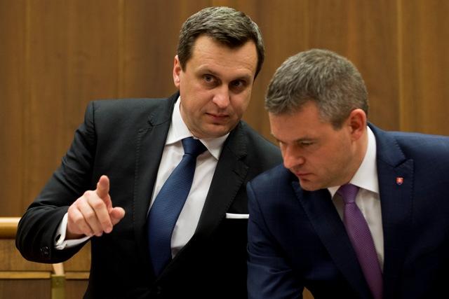 Na snímke vľavo predseda parlamentu Andrej Danko (SNS) a vicepremiér pre investície Peter Pellegrini (Smer-SD)