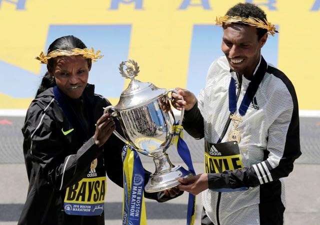 Víťazní etiópski bežci Lemi Berhanu Hayle (vpravo) a Atsede Baysová pózujú s trofejou  po ich víťazstve 120. ročníka Bostonského maratónu