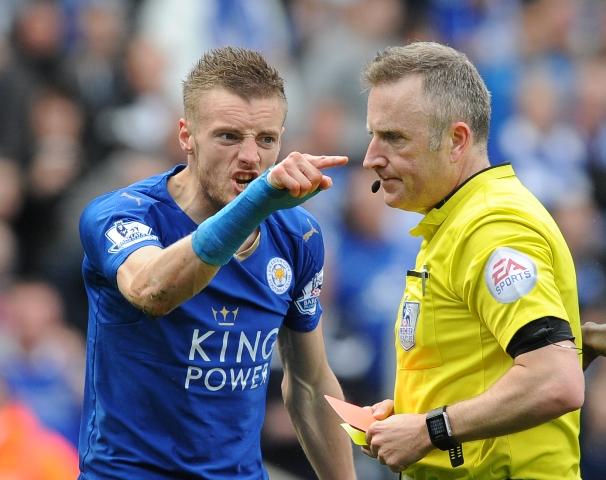 Hráč Leicesteru Jamie Vardy (vľavo) gestikuluje proti rozhodcovi Jonathanovi Mossovi potom, ako mu udelil druhú žltú kartu a vylúčil ho v zápase 34. kola anglickej futbalovej Premier League Leicester City - West Ham United