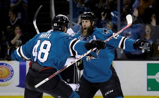 Hráč Sharks Joe Thorton (vpravo) oslavuje svoj gól s Tomášom Hertlom v treťom zápase štvrťfinále Západnej konferencie hokejovej NHL Los Angeles Kings - San José Sharks