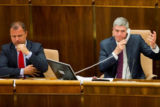 Na snímke zľava podpredseda NR SR Andrej Hrnčiar (Sieť) a podpredseda NR SR Béla Bugár (Most-Híd)