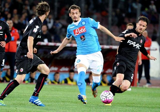 Hráč Neapolu Manolo Gabbiadini (v strede) v súboji s Matteom Brighim z Bologny (vpravo) vo futbalovom zápase talianskej ligy Serie A medzi SSC Neapol - Bologna