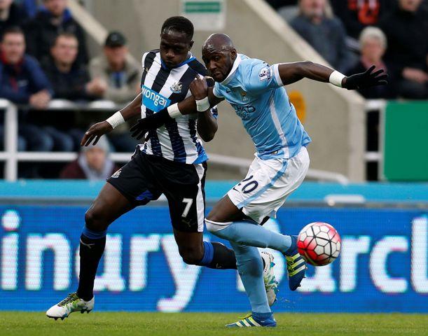 Moussa Sissoko (vľavo) z Newcastlu United a Eliaquim Mangala z Manchestru City v zápase 27. kola anglickej Premier League