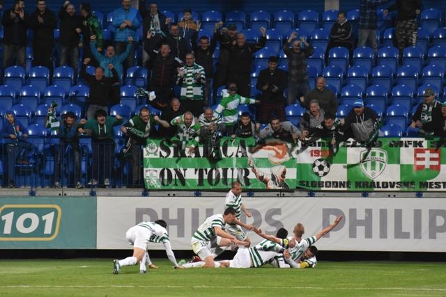 Na snímke hráči a fanúšikovia MFK Skalica oslavujú jediný gól, ktorý strelil Marek Hlinka (dole druhý vpravo) počas zápasu 28. kola Fortuna ligy MFK Skalica – FC ViOn Zlaté Moravce