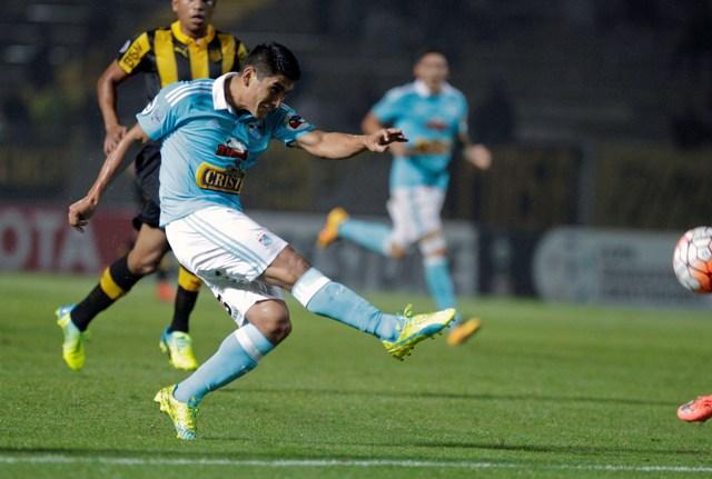 Na snímke hráč peruánskeho Sportingu Cristal Irven Avila dáva gól v zápase 4. skupiny futbalového Pohára osloboditeľov Club Atletico Peňarol - Sporting Cristal (4:3)