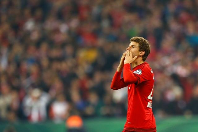 Na snímke hráč Bayernu Thomas Müller oslavuje svoj druhý gól z pokutového kopu v semifinále Nemeckého pohára DFB vo futbale FC Bayern Mníchov - Werder Brémy (2:0)