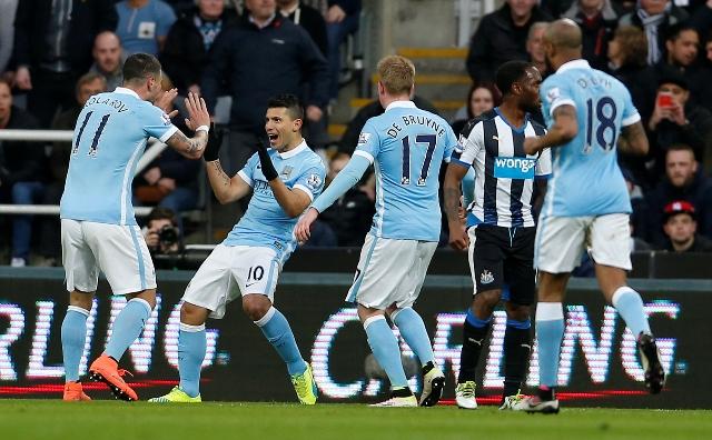 Sergio Agüero (druhý vľavo) z Manchestru City sa teší po góle v zápase 27. kola anglickej Premier League proti Newcastlu United