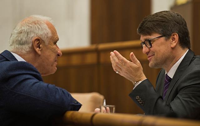 Na snímke vpravo minister kultúry SR Marek Maďarič a vľavo poslanec Dušan Galis (obaja Smer-SD)