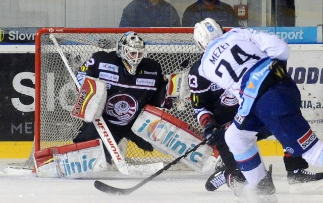 Branislav Mezei z Nitry (vpravo) dáva gól, v bránke Banskej Bystrice Jason Bacashihua v piatom zápase finále play off hokejovej Tipsport Ligy medzi HK Nitra - HC Banská Bystrica