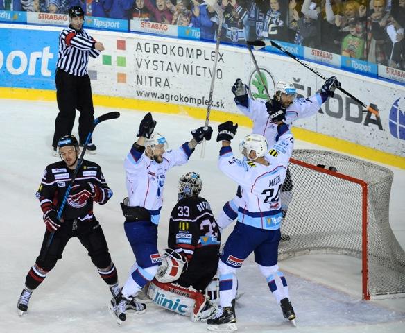 Radosť hráčov Nitry po druhom góle v piatom zápase finále play off hokejovej Tipsport Ligy medzi HK Nitra - HC Banská Bystrica