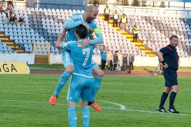 Na snímke vľavo Róbert Vittek a vpravo František Kubík (obaja Slovan) sa radujú po strelení štvrtého gólu v 28. kole Fortuna ligy ŠK Slovan Bratislava - FC Spartak Trnava