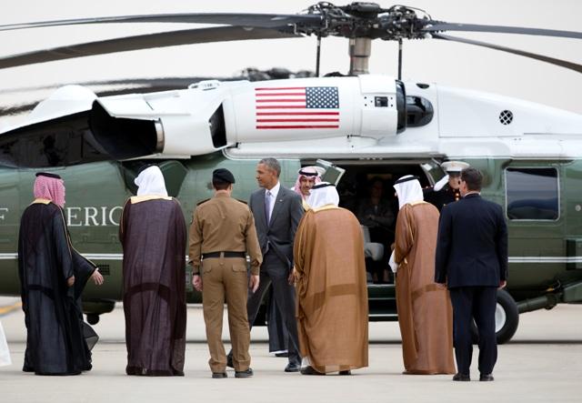 Americký prezident Barack Obama (v strede) počas privítania po jeho prílete na medzinárodné letisko kráľa Chálida v Rijáde 20. apríla 2016