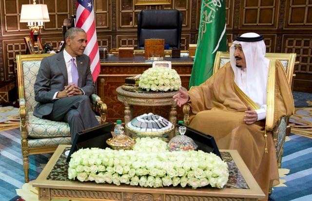 Americký prezident Barack Obama (vľavo) sa rozpráva so saudskoarabským kráľom Salmánom počas ich stretnutia v paláci Erga v Rijáde 20. apríla 2016