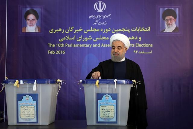 Iránsky prezident Hasan Rúhání vhadzuje svoj hlas vo volebnej miestnosti  v Teheráne v piatok 26. februára 2016 počas parlamentných volieb v Iráne