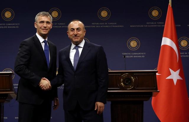 Na snímke vľavo generálny tajomník NATO Jens Stoltenberg a vpravo turecký minister zahraničných vecí Mevlüt Cavusoglu