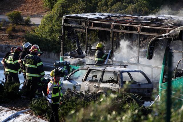 Izraelskí hasiči zasahujú pri zhorenom autobuse v Jeruzaleme