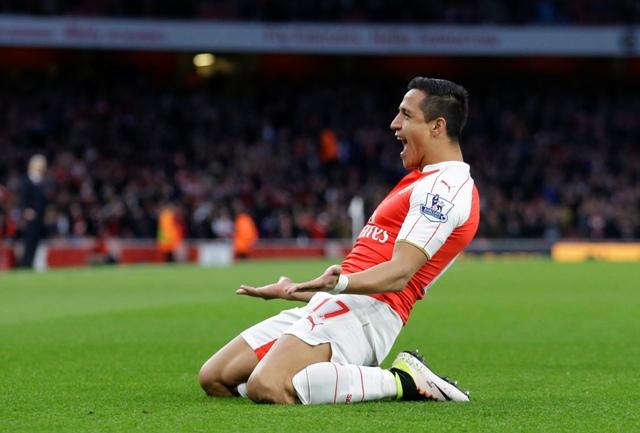 Hráč Arsenalu Lodýn  Alexis Sanchez oslavuje úvodný gól do bránky West Bromwichu Albion vo futbalovom zápase anglickej ligy Premier League medzi Arsenal Londýn - West Bromwich Albion