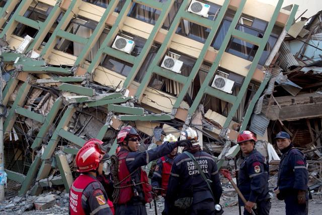 Venezuelskí záchranári sa organizujú pred pátraním po preživších po silnom zemetrasení s magnitúdou 7,8 v Portovieju