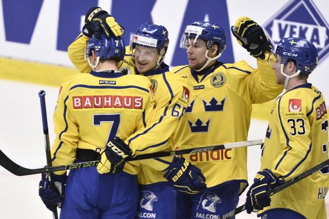 Hokejisti Švédska sa tešia po strelení gólu na 3:1 v zápase Euro Hockey Tour Švédsko - Rusko vo švédskom Södertälje