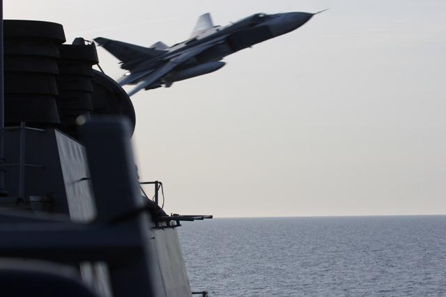 Na snímke stíhací bombardér ruského letectva Su-24M letí v malej výške v tesnej blízkosti amerického torpédoborca USS Donald Cook v medzinárodných vodách Baltického mora