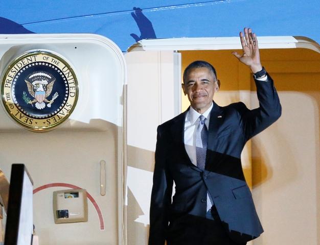 Americký prezident Barack Obama máva po vystúpení z Air Force One na letisku Stanstead pri Londýne