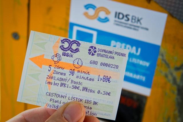 Na snímke cestovný lístok na päť zón z automatu na cestovné lístky pre Bratislavskú integrovanú dopravu