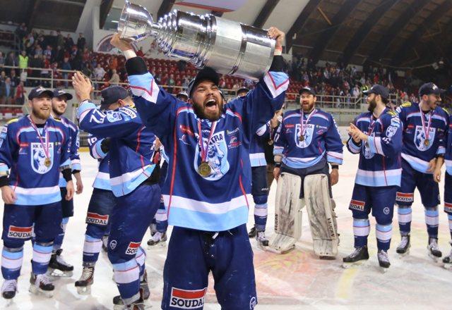 Na snímke Marek Slovák (Nitra) sa raduje zo zisku titulu Majstra SR po šiestom zápase finále play off hokejovej Tipsport Ligy HC'05 iClinic Banská Bystrica - HK Nitra