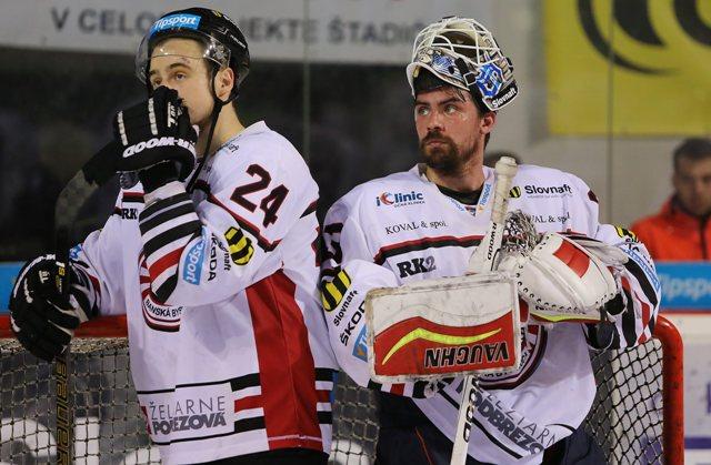 Na snímke zľava Tomáš Zigo a Jason Bacashihua (obaja Banská Bystrica) smútia po prehratom šiestom zápase finále play off hokejovej Tipsport Ligy HC'05 iClinic Banská Bystrica - HK Nitra