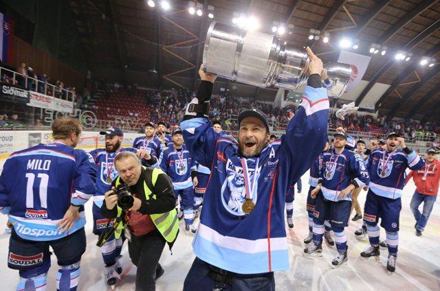 Na snímke Juraj Štefanka (Nitra) sa raduje zo zisku titulu Majstra SR po šiestom zápase finále play off hokejovej Tipsport Ligy HC'05 iClinic Banská Bystrica - HK Nitra