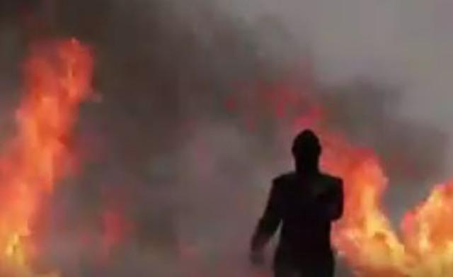 Dievča-skúšačka v ochrannom plášti prešla bez úhony cez explózie, dym a oheň