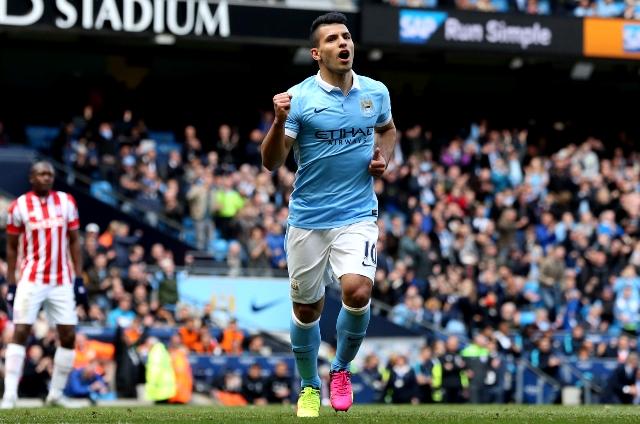 Futbalista Manchesteru City Sergio Agüero sa teší po strelení gólu zo značky pokutového kopu v zápase najvyššej anglickej Premier League Manchester City - Stoke City