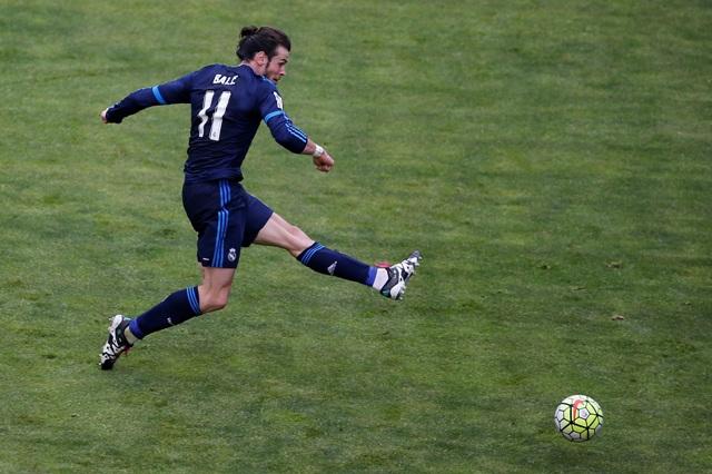 Futbalista Realu Madrid Gareth Bale strieľa víťazný gól na 3:2 v zápase najvyššej španielskej ligy Rayo Vallecano - Real Madrid
