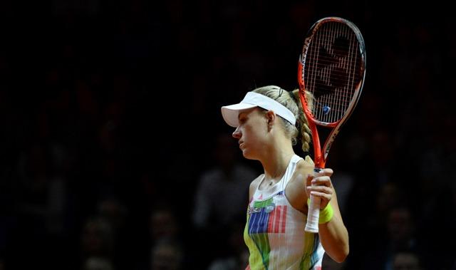 Domáca nemecká tenistka Angelique Kerberová počas semifinále ženskej dvojhry proti Češke Petre Kvitovej na tenisovom turnaji WTA v Stuttgarte